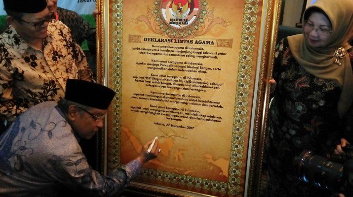 Ketua PBNU Prof. Dr. KH. Said Aqil Siroj, M.A bersama tokoh lintas agama menandatangani isi Deklarasi Tolak Gerakan Intoleran